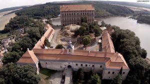 V popředí novější, tzv. nízký zámek z 18. století.