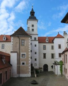 Nádvoří zámku se schodišťovou věží.