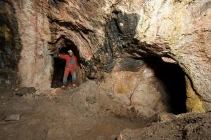 Na stěnách štol je patrná práce středověkých horníků