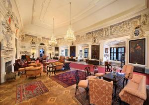 Rytířský sál s barokní štukovou výzdobou.