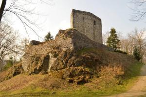 Na jižním návrší se zachovala středověká bašta - tzv. hladomorna.
