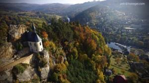 Hrad Vranov se tyčí nad řekou Jizerou.