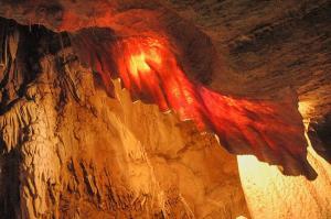 Symbolem jeskyní je přes 2 metry dlouhá sintrová záclona