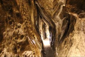 I bez krápníkové výzdoby je zdejší podzemí nádherné