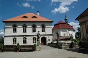 Klasicistní palác a kaple.