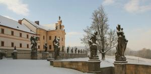 Kuks se honosí množstvím barokních soch.