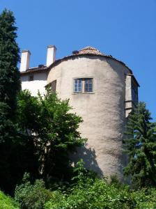 Z původního gotického hradu se zachovala Studniční věž.