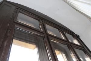Dřevěné vnitřní obložení okna, za kterým netopýři zimují.