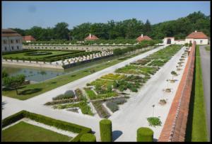 Francouzský park s bylinkovou zahradou.