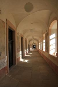 Chodba s odkrytými a restaurovanými nástěnnými obrazy.