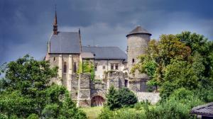 Hradní kaple a válcovitá věž.