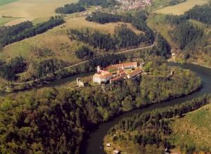 Letecký pohled na hrad s meandry řeky Želetavky.