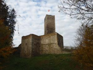 Dominantou hradu je hranolová věž s vyhlídkou