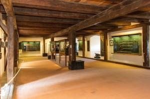 Vnitřní prostory s expozicí historických zbraní.