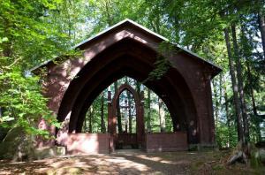 Kaple v zámeckém parku.