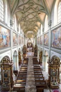 Loď kostela Nanebevzetí Panny Marie.