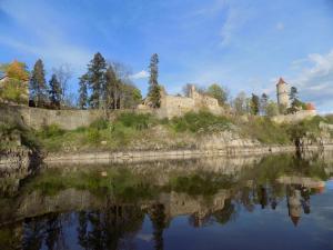 Pohled na Zvíkov z řeky Otavy.
