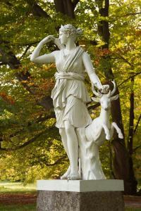 V parku se nachází řada soch a pomníků.