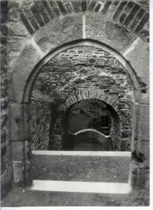 Vstup do sklepení v západní části hradu.