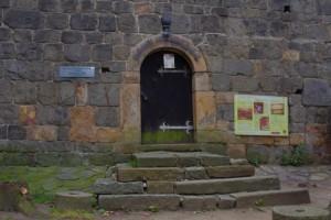 Vstup do věže a románské rotundy.
