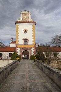 Zámek Kratochvíle - vstupní věž s branou.