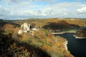 Hrad Cornštejn se tyčí nad Vranovskou přehradou.